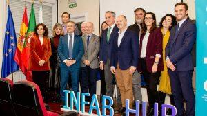 Foto de grupo en el acto de presentación de infab hub